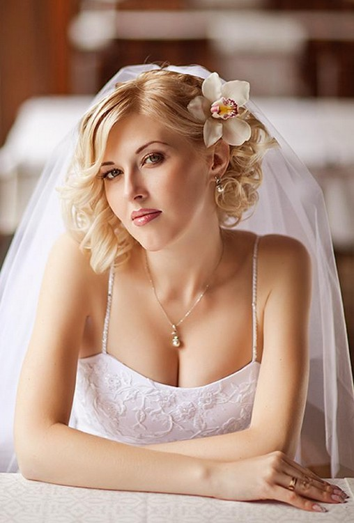 Wedding Hairstyles for Short Hair - Curly Wedding Hairstyle with Veil