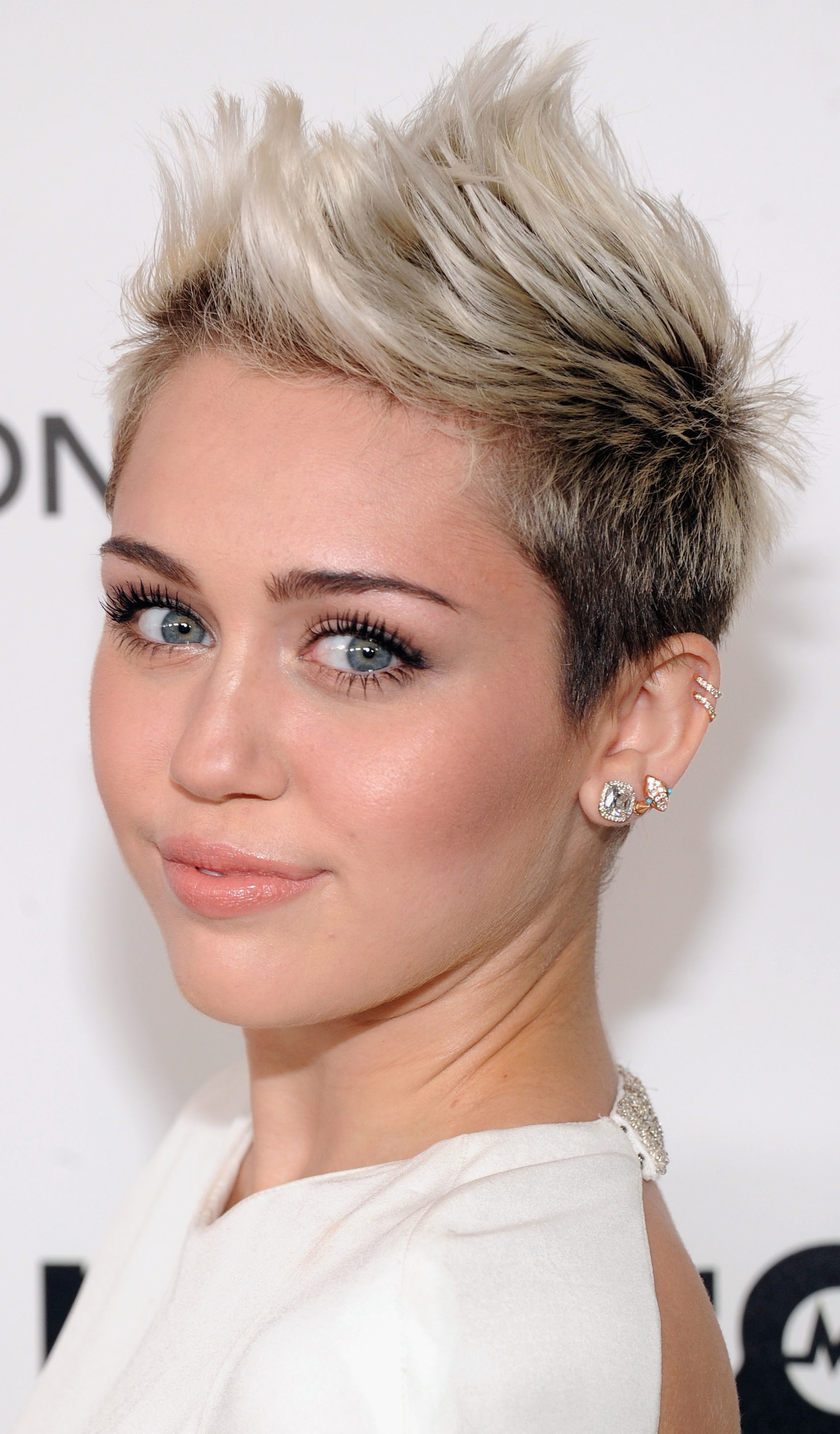 Miley Cyrus: Platinum Blonde Ombre Short Hairstyle - Pretty Designs