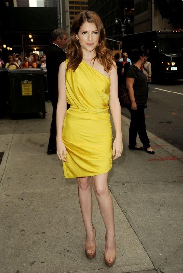 Anna Kendrick: Canary Yellow Iridescent Halston Heritage One Shoulder Dress