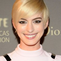 Anne Hathaway Short Haircut: Blond Sleek Pixie Cut with Long Side Bangs