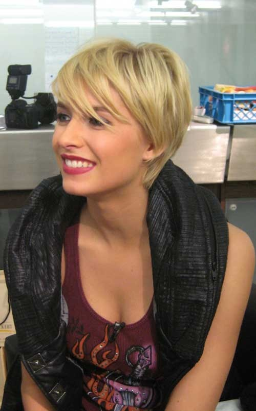 Casual Chopped Short Blond Hairstyle