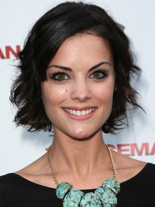 Chic Messy Short Black Hairstyle for Women