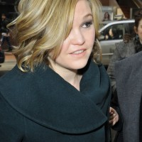 Julia Stiles' Short Curly Hairstyle: Shiny and Soft