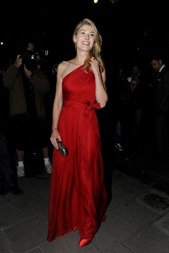 Rosamund Pike: Scarlet Red Silky One Shoulder Dress