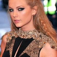 Taylor Swift Hair - Long Crimped Hairstyle