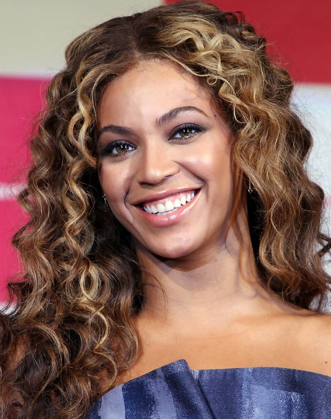 Beyonce Hairstyles: Gorgeous Center-parted Long Curls