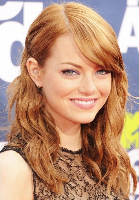 Emma Stone Hairstyles: Side-parted Cute Medium Curls