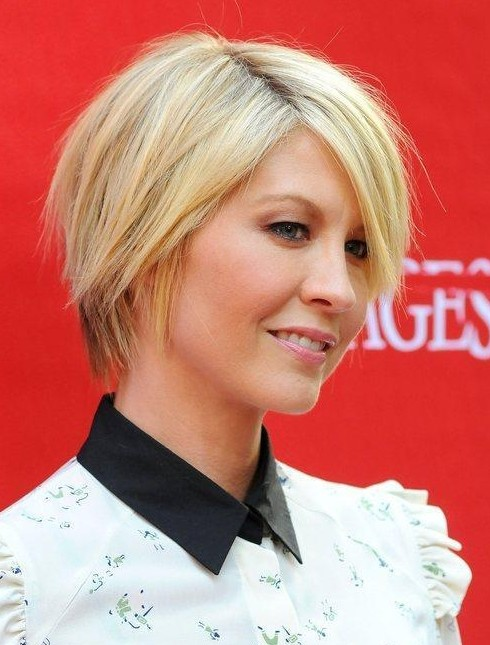 Jenna Elfman's Short Hairstyles: Blodne Straight Pixie Haircut with Side Bangs