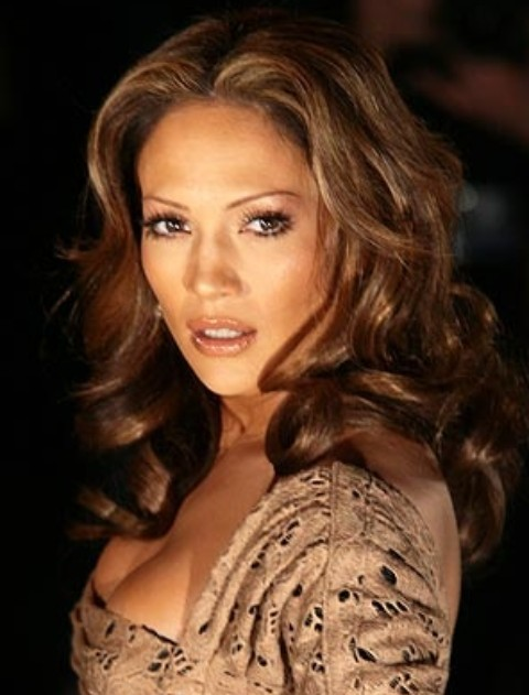 Jennifer Lopez Hairstyles: Seductive Center-parted Curls