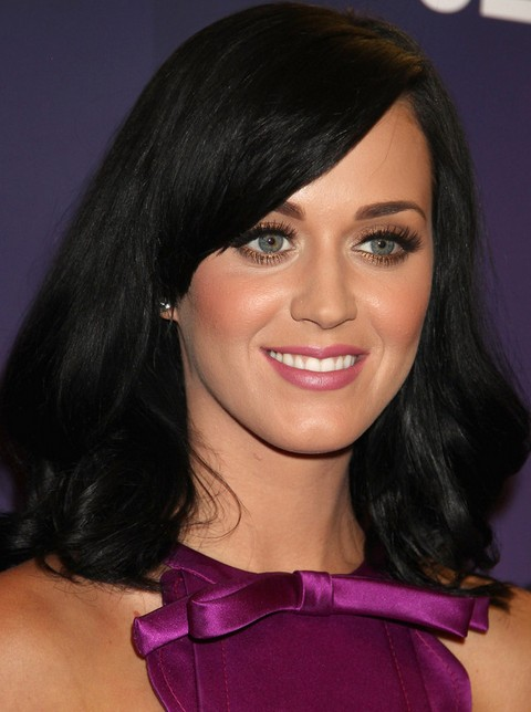 Kat Perry Hairstyles: Medium Wavy Haircut with Side-swept Bangs