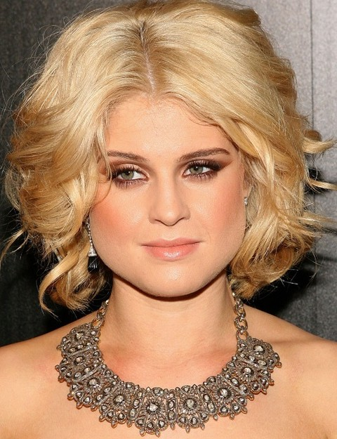 Kelly Osbourne Hairstyles: Glamorous Center-parted Wavy Haircut