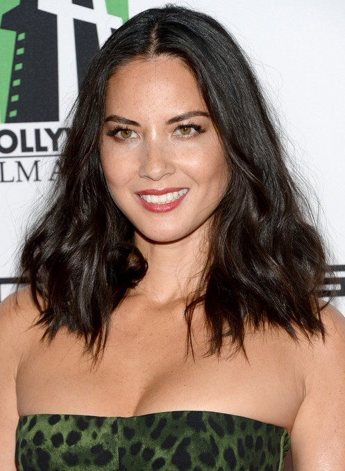 Olivia Munn Hairstyle: Medium Wavy Haircut