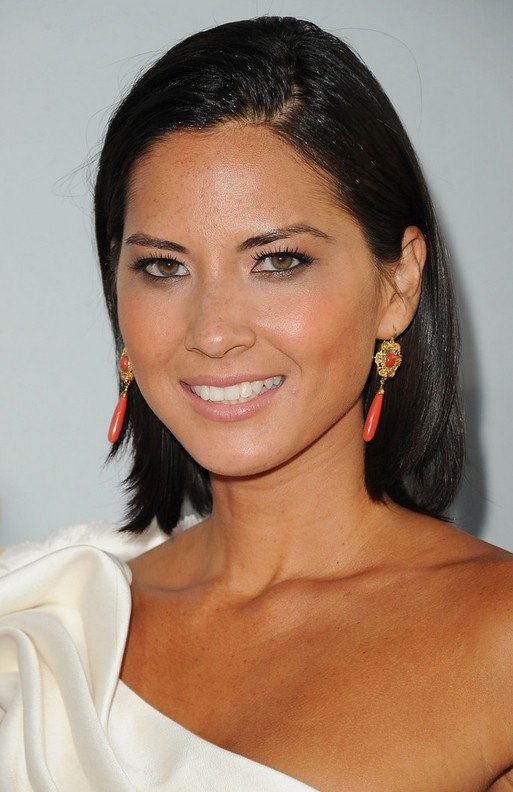 Olivia Munn Medium Hairstyle:Straight Haircut without Bangs