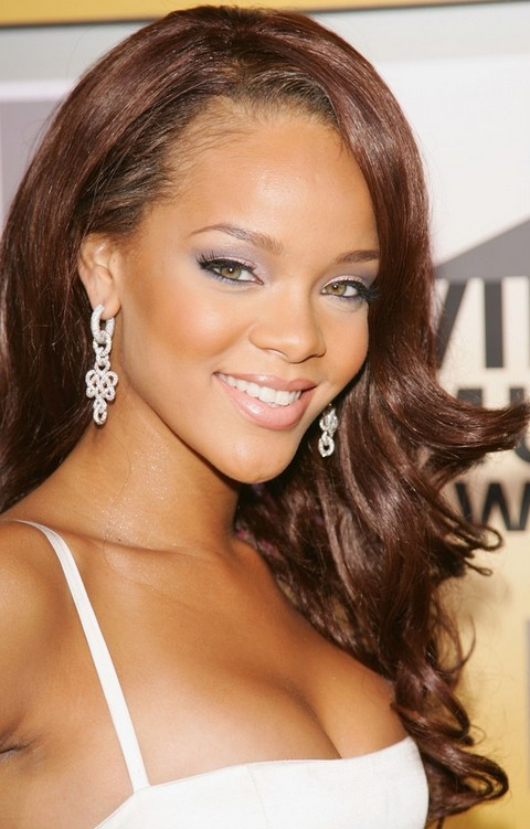 Rihanna Hairstyles: Voguish Side-swept Long Curls