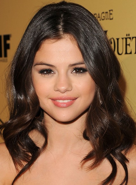 Selena Gomez Hairstyles:Center-parted Wavy Haircut for All Face Shapes