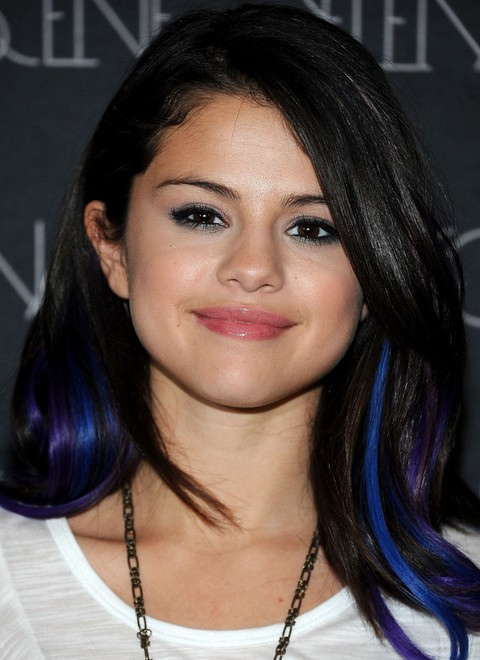 Selena Gomez Hairstyles:Chic Side-parted Hairstyle with Bangs