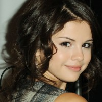 Selena Gomez Hairstyles:Retro-chic Medium Curls for Women