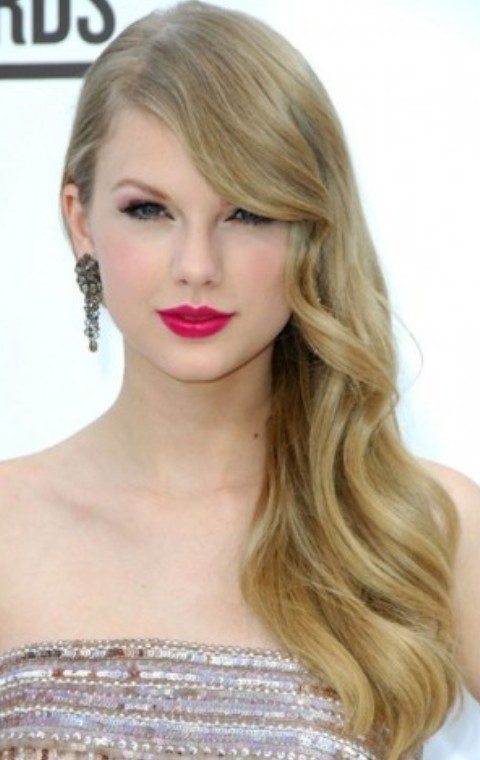 Taylor Swift Hairstyles: Radiant Side-parted Hairstyle