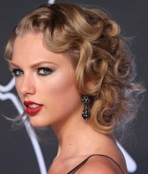 Taylor Swift Hairstyles: Retro-Chic Pinned Up Ringlets