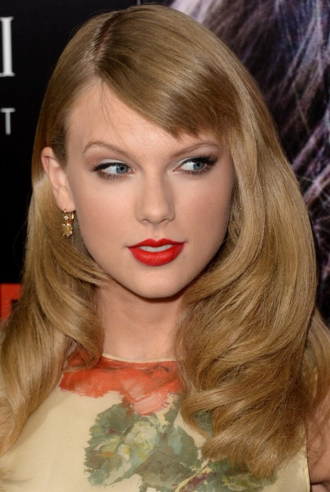 Taylor Swift Hairstyles: Side-parted Wavy Haircut