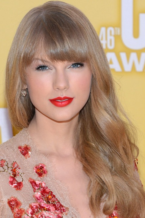 Taylor Swift Hairstyles: Soft Wavy Haircuts for Round face Shape