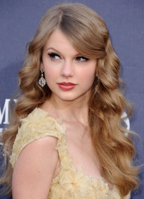 Taylor Swift Hairstyles: Voluminous Loose Curls