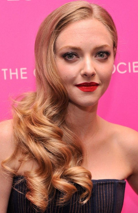Amanda Seyfried Hairstyles: Side-swpet Long Curls