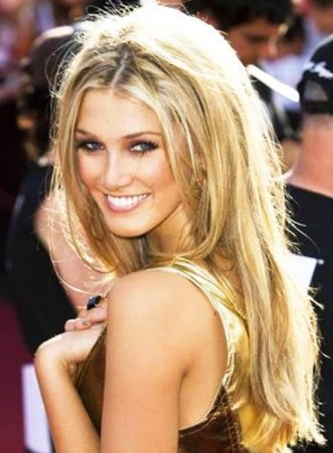 Delta Goodrem Hairstyles: Adorable Straight Hairstyle for Blonde Hair
