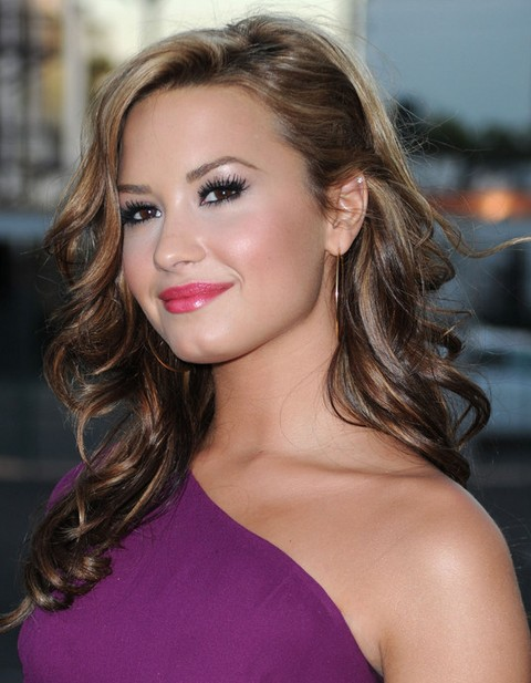 Demi Lovato Hairstyles: Side-parted Long Curls