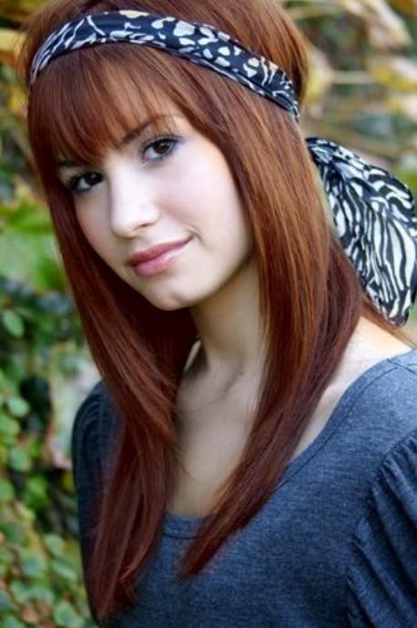 Demi Lovato Hairstyles: Straight Haircut with Headband