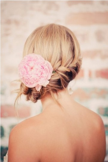 5 Fantastic Beach Wedding Hairstyles With Flower Decorations - Pretty Designs