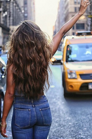 The Messy Styled Long Curly Wavy Ombre Hair The Dreamy-like Long Wavy ...