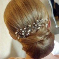 The Simple Bun Hair with Diamond Pin for Bridesmaid Hairstyle