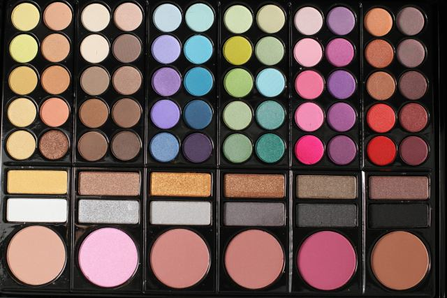 3 Types Of Makeup Palettes That You should Own: Multicolored Palette