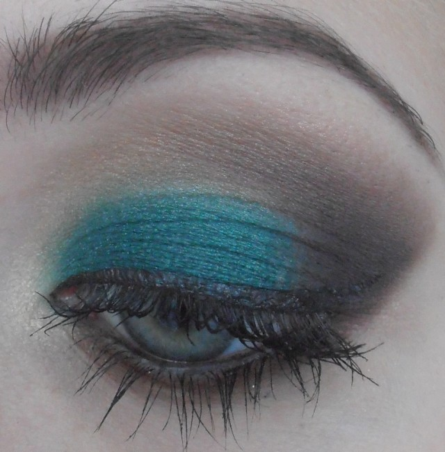 Best Eye Makeup Ideas for Blue Eyes: Black and Blue