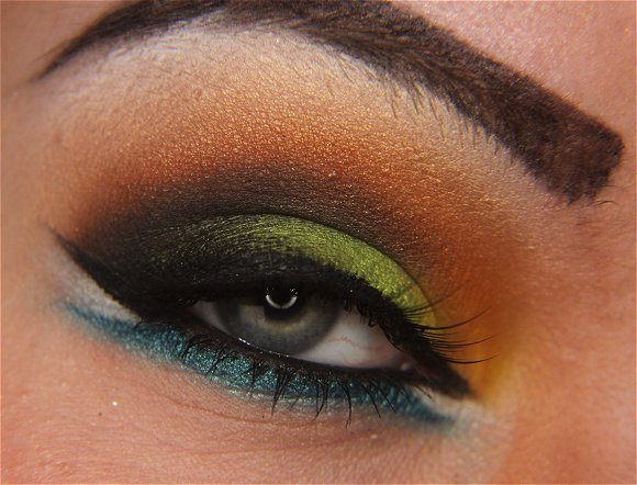 Best Eye Makeup Ideas for Blue Eyes: Colorful Eye Shadow