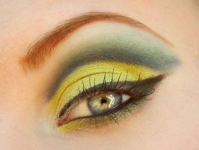 Best Eye Makeup Ideas for Blue Eyes: Graduated Green Tone