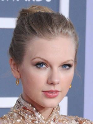 Back-teased Hairstyles for Elegant-chic Women: Taylor Swift Updo