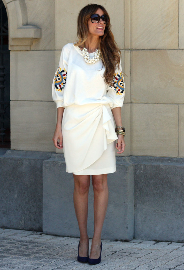 All White Combination Ideas for Stylish Spring Looks: Over-sized Necklace