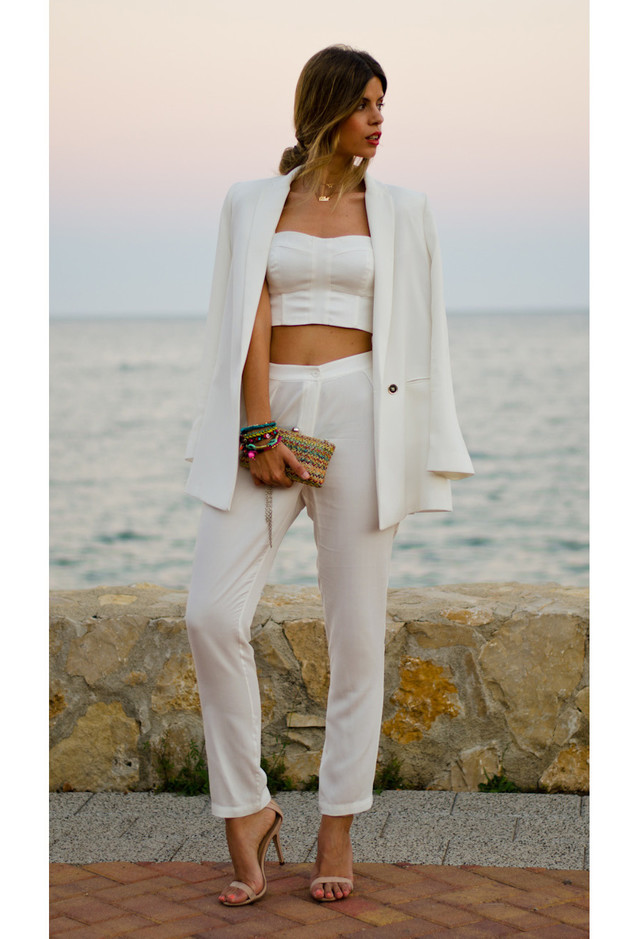 All White Combination Ideas for Stylish Spring Looks: Stylish Clutch