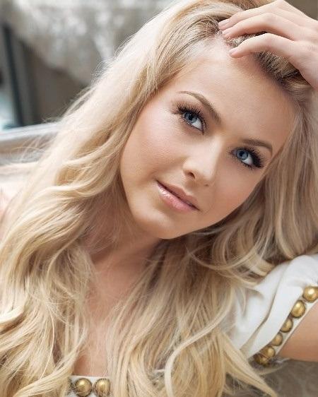 Ash Blonde Subtle Wavy Hairstyle