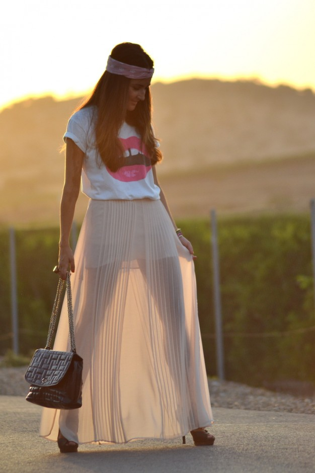 Beige Pleated Skirt Outfit Idea