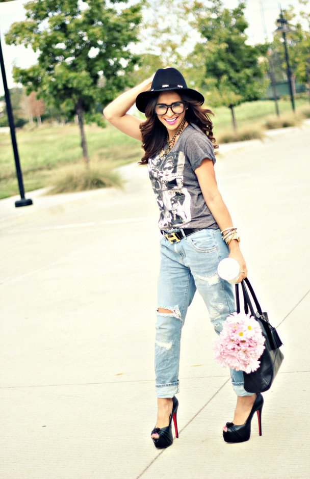 Chic Outfit Idea with Ripped Jeans