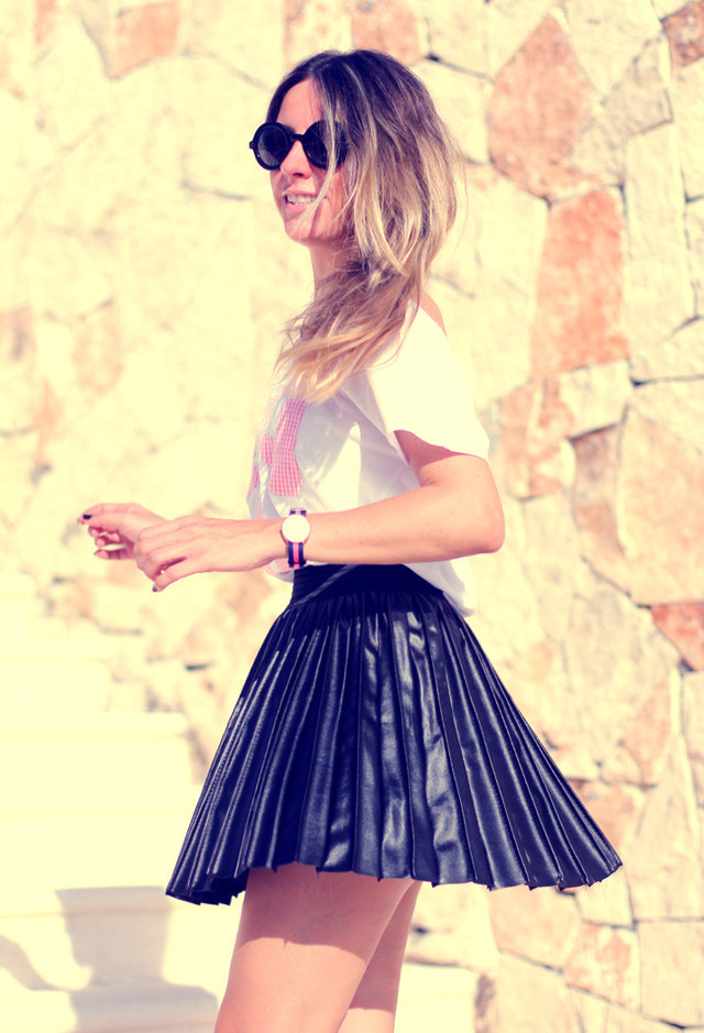 Pleated Short Skirt Outfit Idea for Young Women