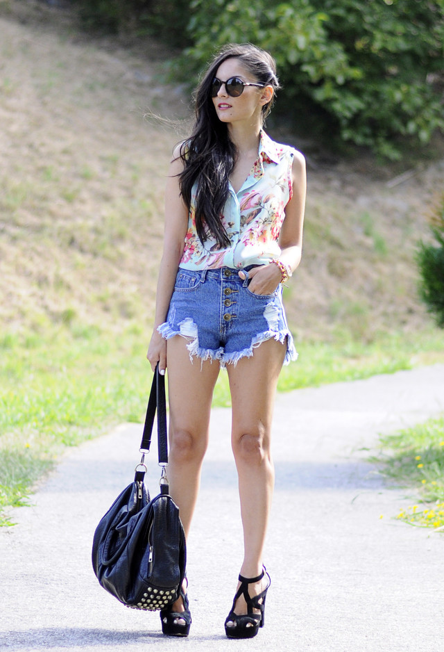 Stylish Denim Shorts Outfit Idea