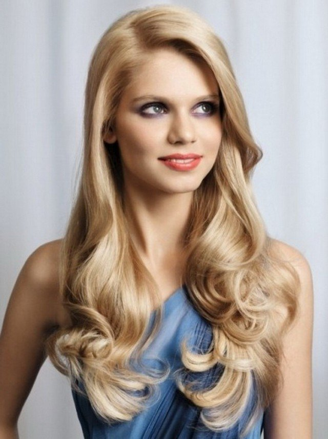 Blonde Wavy Hairstyle for Round Face
