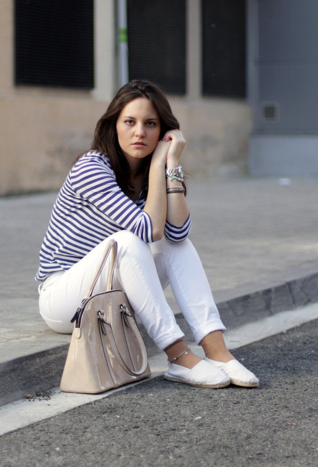 Casual-chic White Jeans Outfit Idea