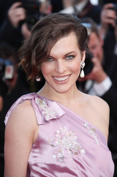 Milla Jovovich Retro Hairstyle and Pearl Earrings