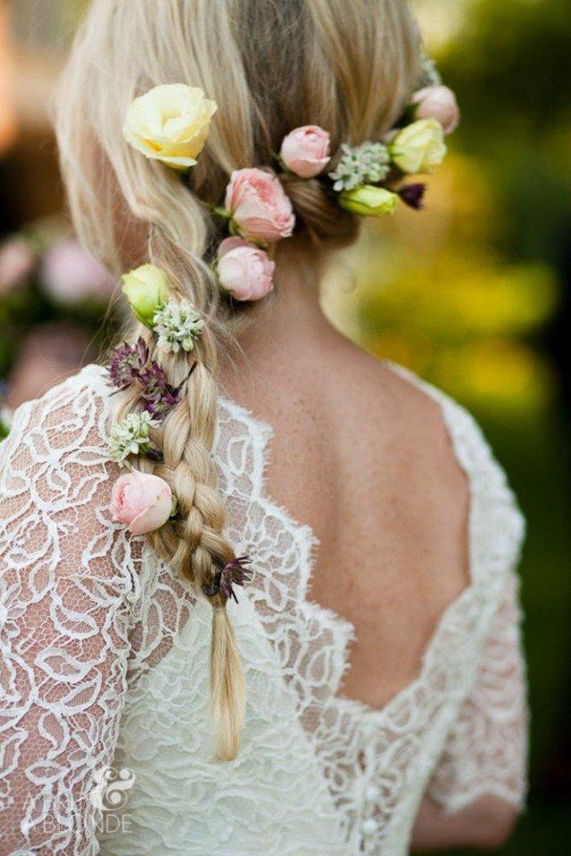 Romantische gevlochten bruiloft kapsels met mooie bloemen