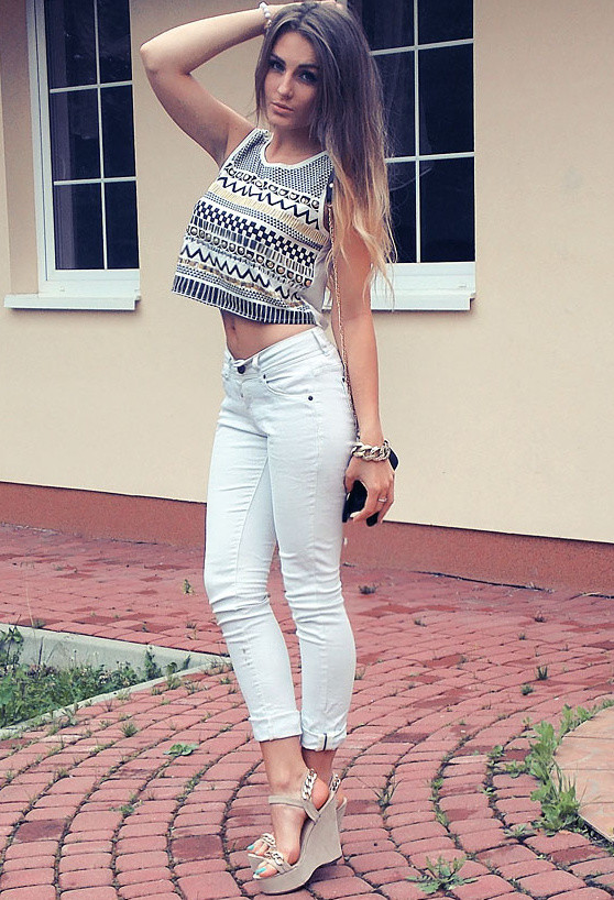 Chic Outfit Idea with White Jeans